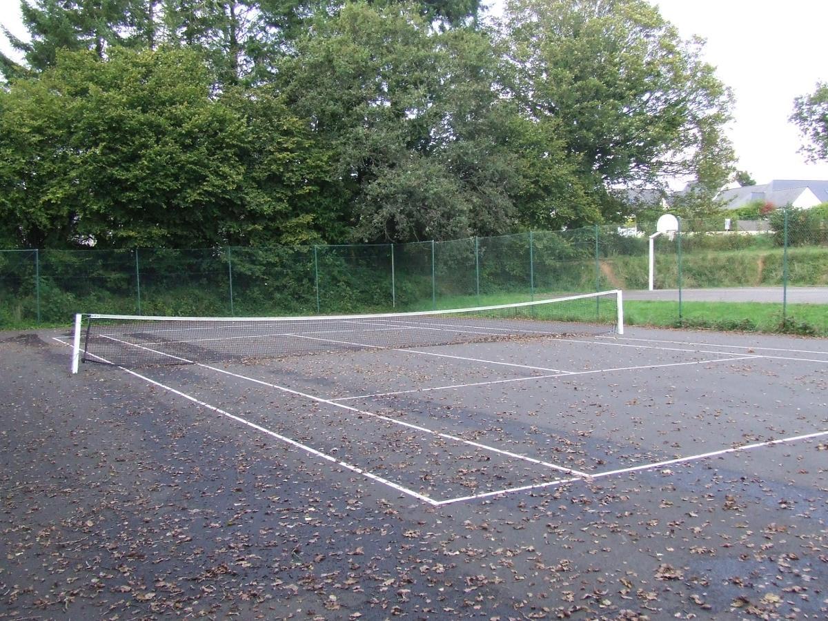Saint urbain les autres b timents for Terrain de tennis taille
